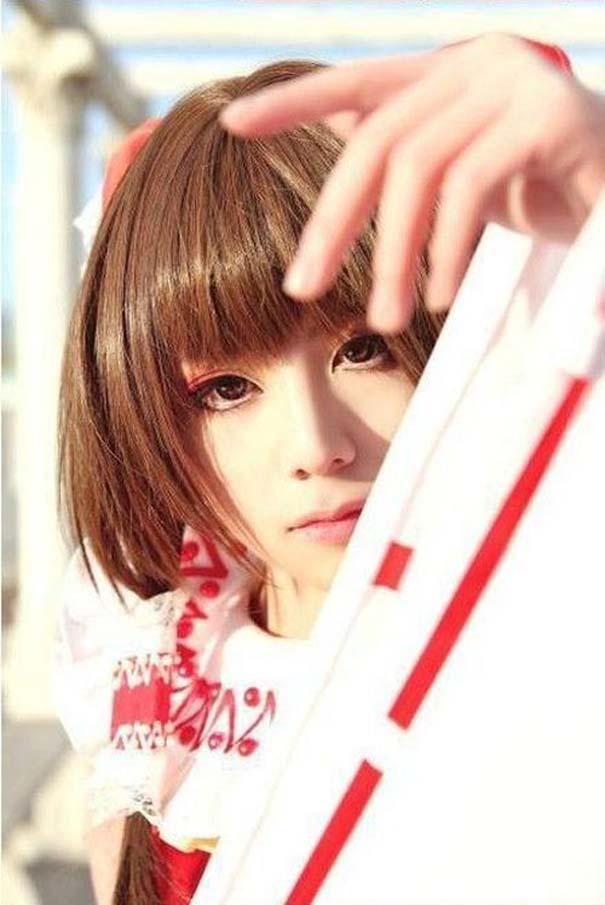 Μια κοπέλα με και χωρίς το cosplay μακιγιάζ της (3)