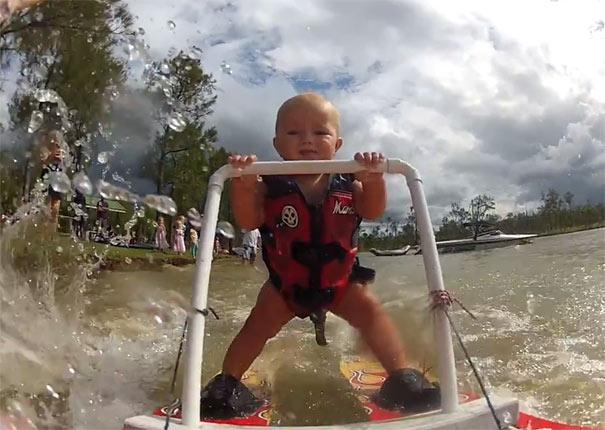 Μωρό 7 μηνών κάνει σκι στο νερό