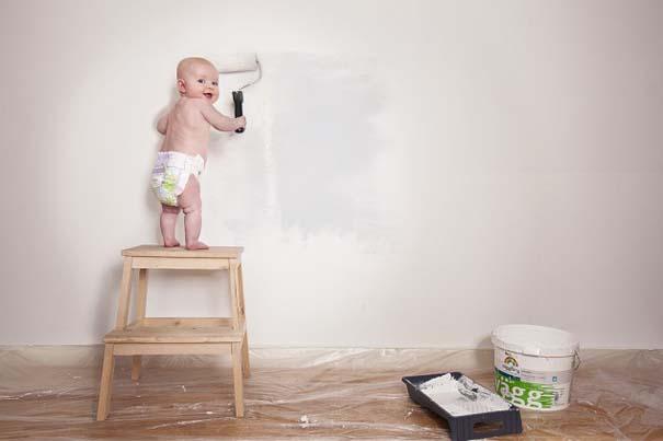 Φωτογράφος κάνει το βρέφος κοριτσάκι του να ποζάρει σε απίστευτες καταστάσεις (1)