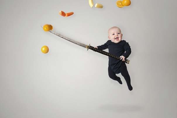 Φωτογράφος κάνει το βρέφος κοριτσάκι του να ποζάρει σε απίστευτες καταστάσεις (9)