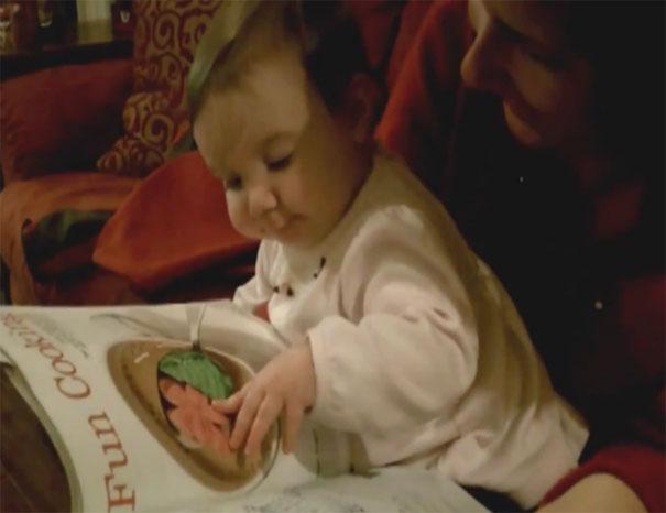 Μωρό προσπαθεί να φάει φαγητό που βλέπει σε περιοδικό
