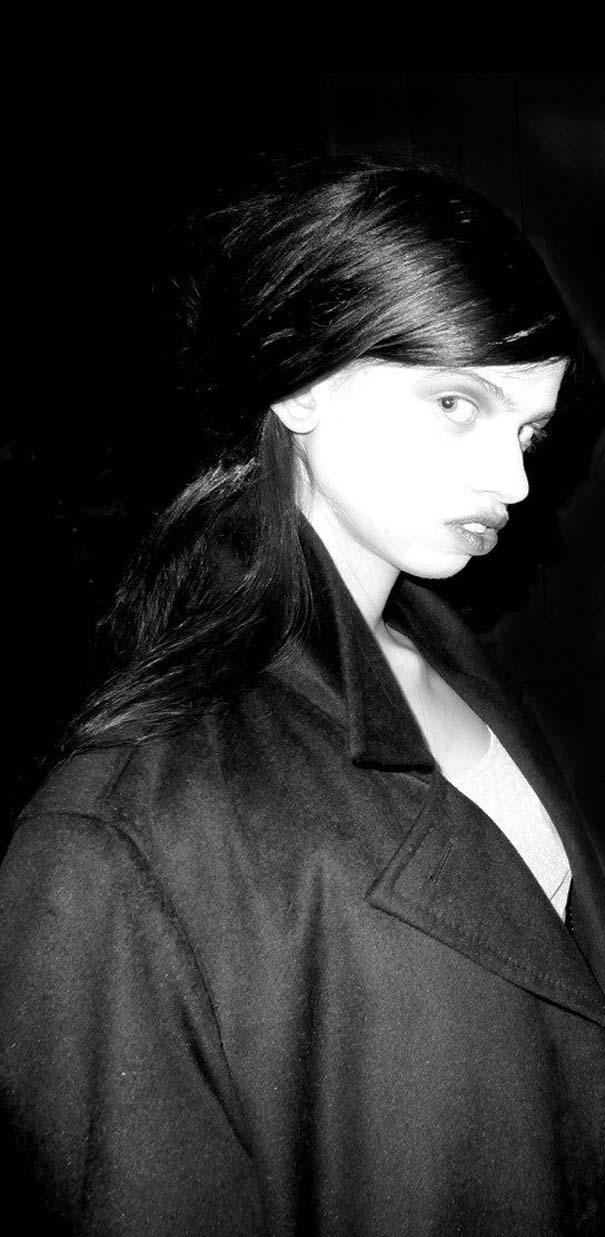 Ένα νεαρό Supermodel που προκαλεί απορίες... (25)