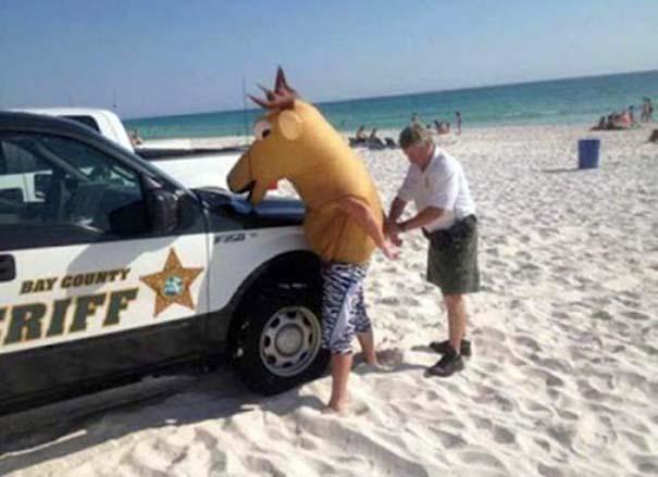 Παράξενα και τραγελαφικά στην παραλία (15)