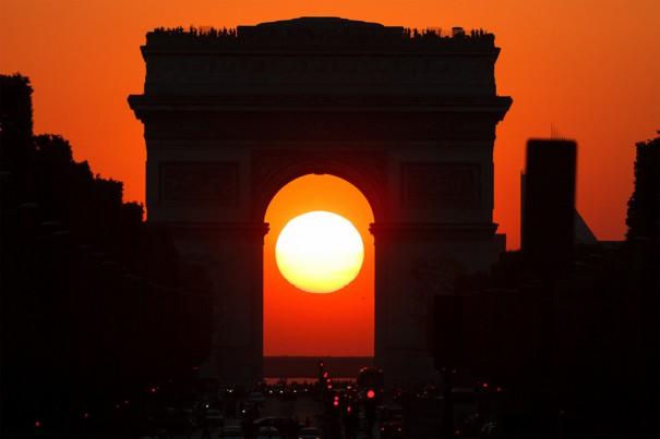 Ηλιοβασίλεμα μέσα από την Αψίδα του Θριάμβου στο Παρίσι | Φωτογραφία της ημέρας