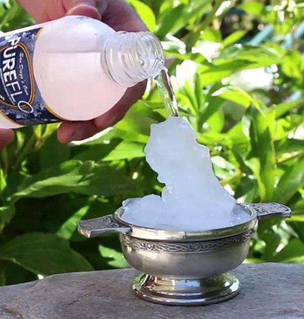 Πως να μετατρέψετε το νερό σε πάγο με μια κίνηση
