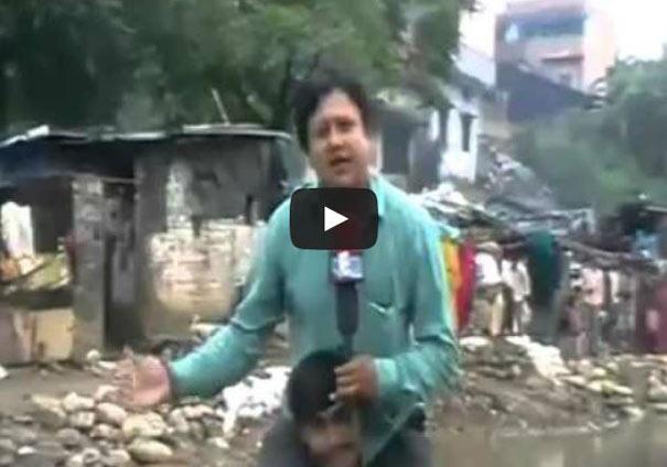 Ρεπόρτερ βρήκε έναν απαράδεκτο τρόπο για να μην βραχεί εν μέσω πλημμύρας