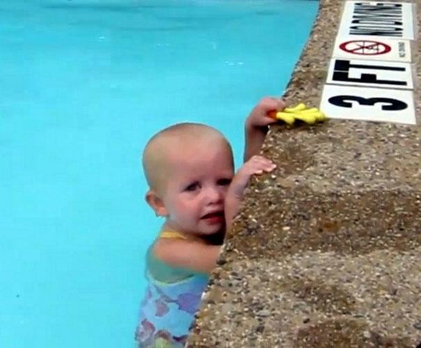 Κολυμβήτρια 16 μηνών διασχίζει πισίνα με μια ανάσα