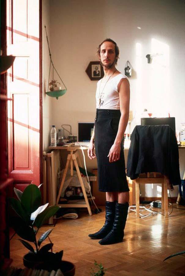 Άνδρες φωτογραφίζονται με τα ρούχα της γυναίκας τους (1)