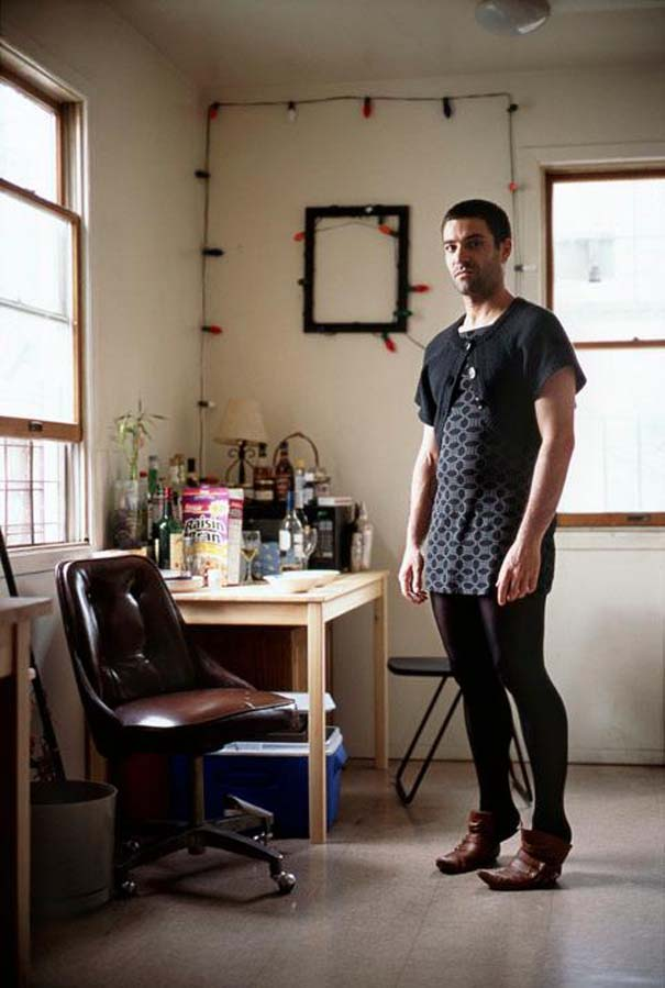 Άνδρες φωτογραφίζονται με τα ρούχα της γυναίκας τους (4)