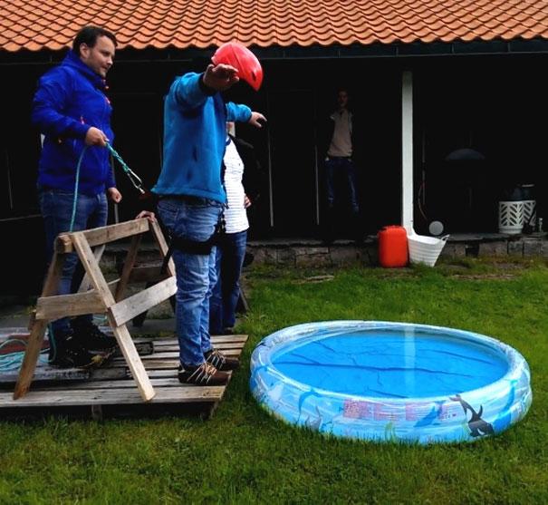 Ξεκαρδιστική φάρσα σε bachelor party: Γαμπρός νομίζει ότι πάει για bungee jumping
