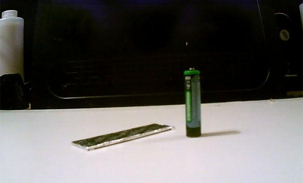 Πως να φτιάξετε έναν αναπτήρα από μια μπαταρία και ένα περιτύλιγμα τσίχλας
