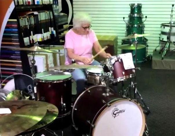 Γιαγιά παίζει ντραμς και τρελαίνει κόσμο