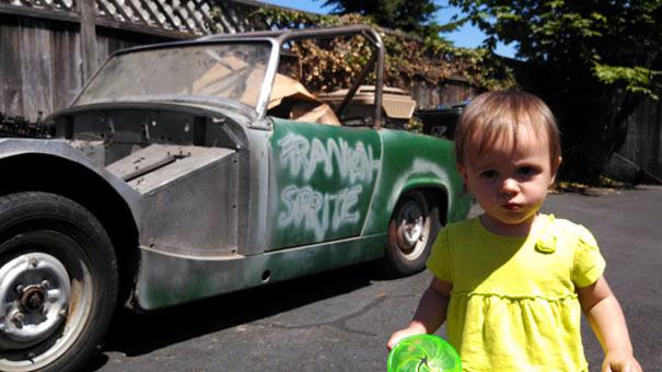 Κοριτσάκι ενός έτους αγόρασε αυτοκίνητο παίζοντας με το κινητό του μπαμπά