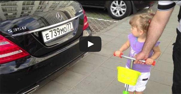 Κοριτσάκι 2 ετών αναγνωρίζει όλες τις μάρκες αυτοκινήτων