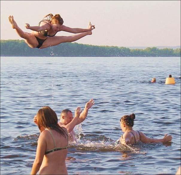 Παράξενα και τραγελαφικά σκηνικά στην παραλία (17)