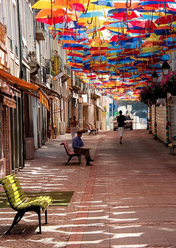 Πολύχρωμες ομπρέλες σκεπάζουν τον ουρανό | Φωτογραφία της ημέρας (1)