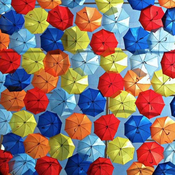 Πολύχρωμες ομπρέλες σκεπάζουν τον ουρανό | Φωτογραφία της ημέρας (2)