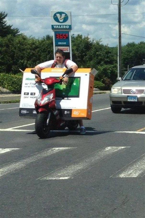 Μεταφορική με το... scooter | Φωτογραφία της ημέρας