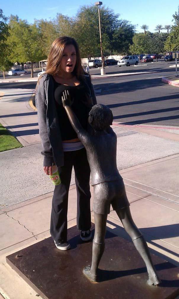 Ποζάροντας με αγάλματα (2)