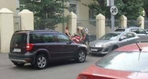 Πως να (μην) μεταφέρετε μια μεγάλη κούτα πάνω σε μοτοσυκλέτα