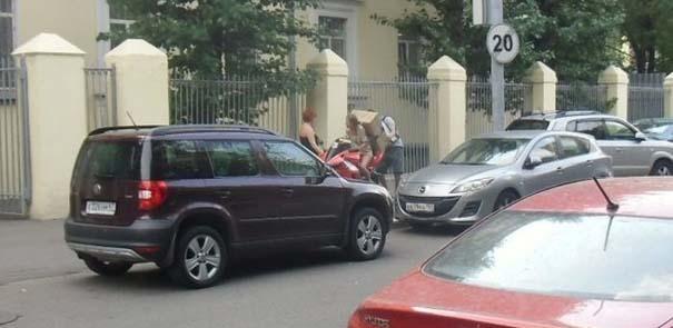 Πως να (μην) μεταφέρετε μια μεγάλη κούτα πάνω σε μοτοσυκλέτα (1)