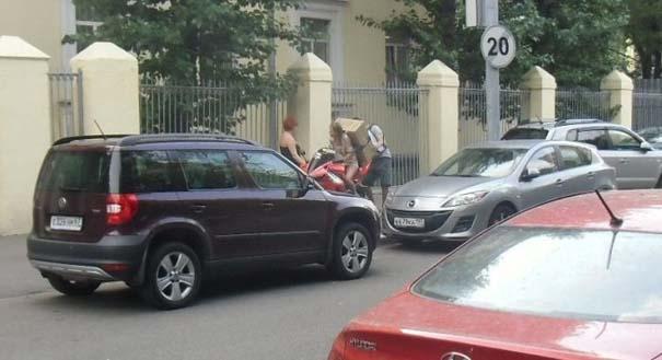 Πως να (μην) μεταφέρετε μια μεγάλη κούτα πάνω σε μοτοσυκλέτα (2)