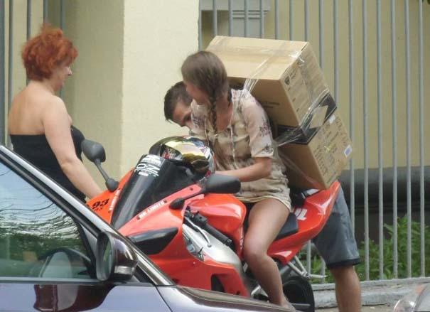 Πως να (μην) μεταφέρετε μια μεγάλη κούτα πάνω σε μοτοσυκλέτα (5)