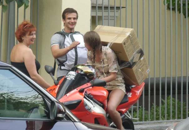 Πως να (μην) μεταφέρετε μια μεγάλη κούτα πάνω σε μοτοσυκλέτα (6)