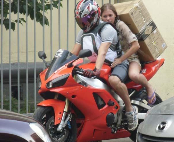 Πως να (μην) μεταφέρετε μια μεγάλη κούτα πάνω σε μοτοσυκλέτα (8)
