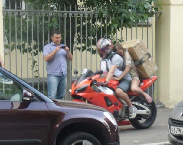 Πως να (μην) μεταφέρετε μια μεγάλη κούτα πάνω σε μοτοσυκλέτα (9)