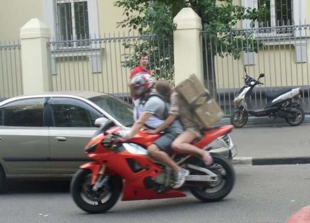 Πως να (μην) μεταφέρετε μια μεγάλη κούτα πάνω σε μοτοσυκλέτα (10)