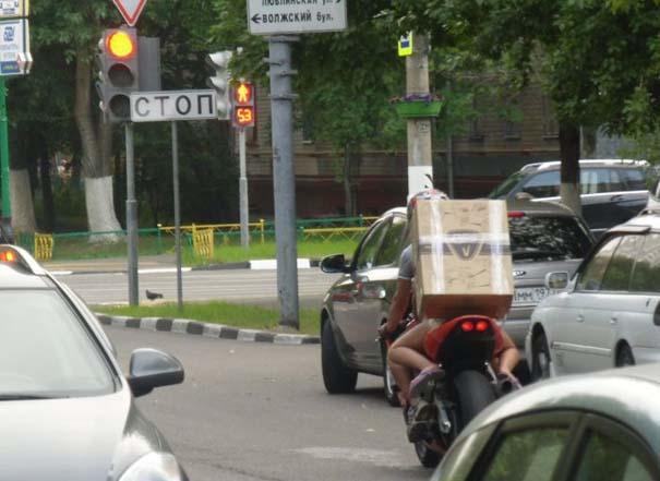 Πως να (μην) μεταφέρετε μια μεγάλη κούτα πάνω σε μοτοσυκλέτα (11)