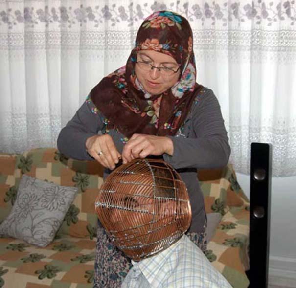 Τούρκος φοράει κλουβί στο κεφάλι του για να κόψει το κάπνισμα! (2)