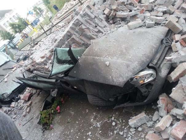 Το αποτέλεσμα της πτώσης ενός τοίχου πάνω σε αυτοκίνητα (1)