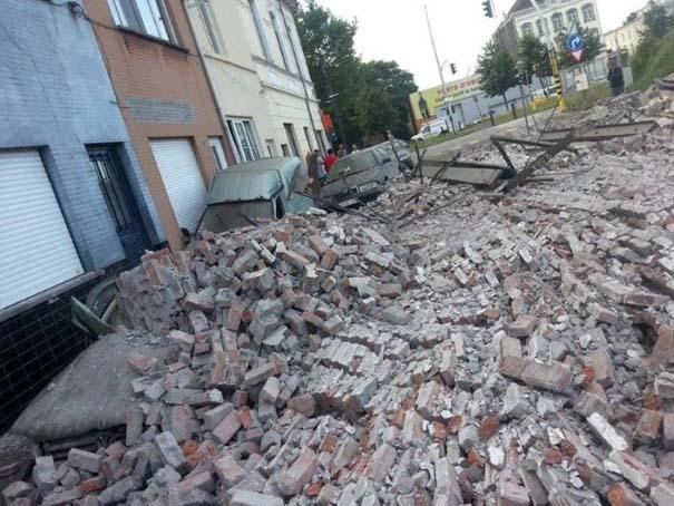 Το αποτέλεσμα της πτώσης ενός τοίχου πάνω σε αυτοκίνητα (2)