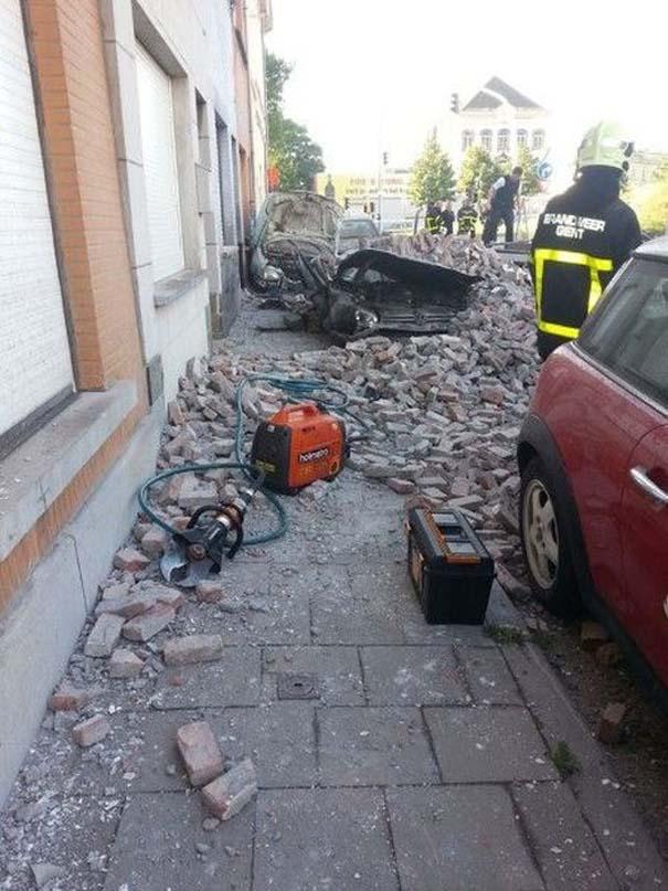 Το αποτέλεσμα της πτώσης ενός τοίχου πάνω σε αυτοκίνητα (3)