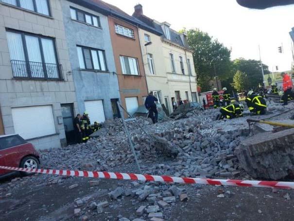 Το αποτέλεσμα της πτώσης ενός τοίχου πάνω σε αυτοκίνητα (4)