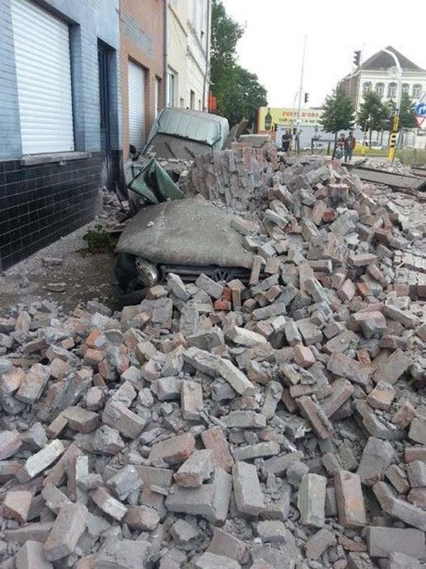 Το αποτέλεσμα της πτώσης ενός τοίχου πάνω σε αυτοκίνητα (5)
