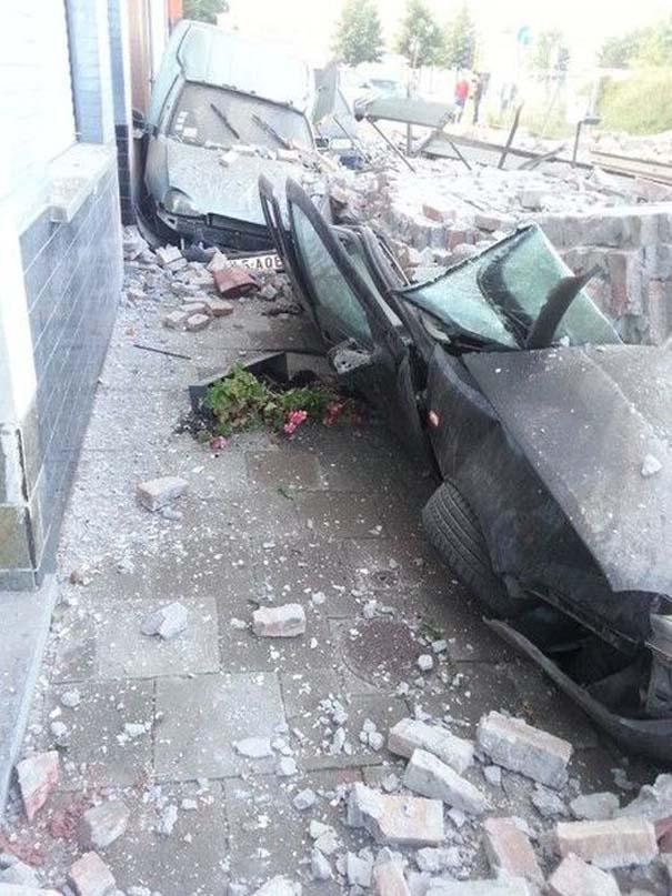 Το αποτέλεσμα της πτώσης ενός τοίχου πάνω σε αυτοκίνητα (6)