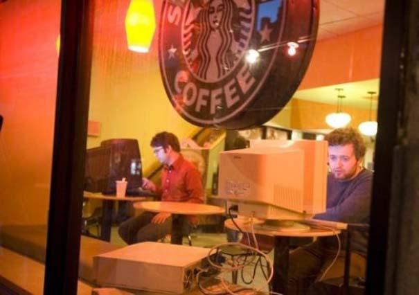 Εν τω μεταξύ, στα Starbucks... (2)