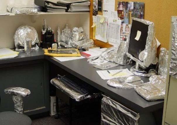 Απίθανες φάρσες στο γραφείο (7)