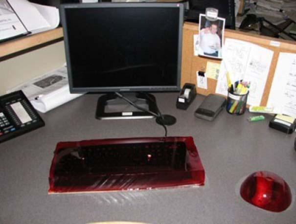 Απίθανες φάρσες στο γραφείο (9)