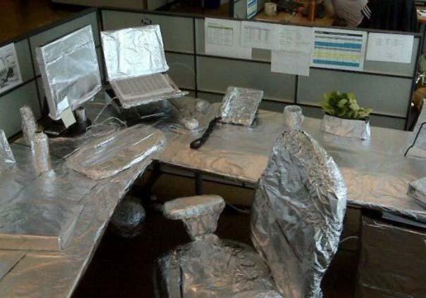 Απίθανες φάρσες στο γραφείο (14)