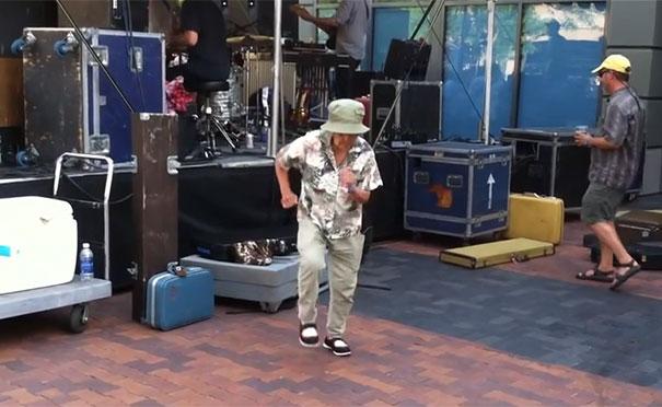 Γιαγιά χορεύει με την ψυχή της σε συναυλία