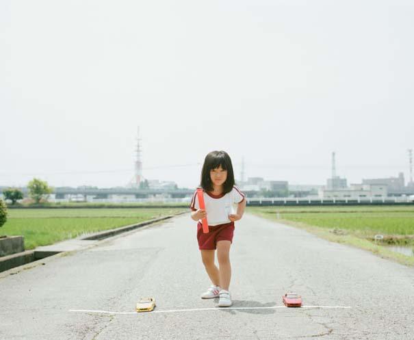 Κοριτσάκι ποζάρει σε διασκεδαστικές καταστάσεις (3)