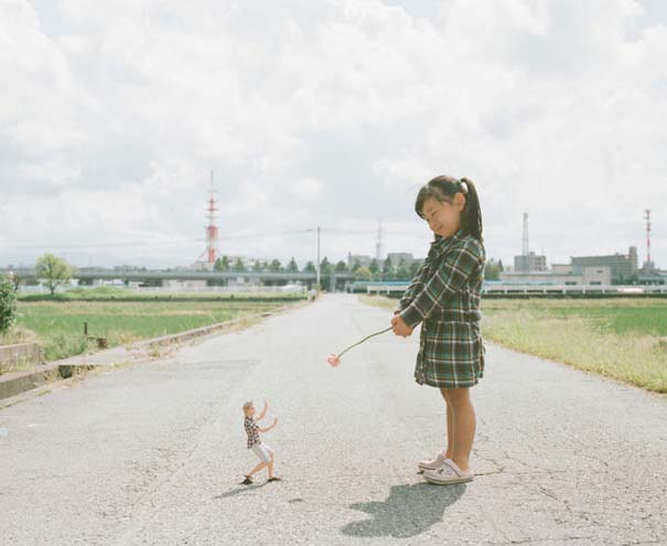 Κοριτσάκι ποζάρει σε διασκεδαστικές καταστάσεις (6)