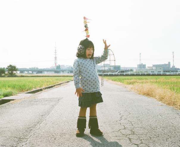 Κοριτσάκι ποζάρει σε διασκεδαστικές καταστάσεις (9)