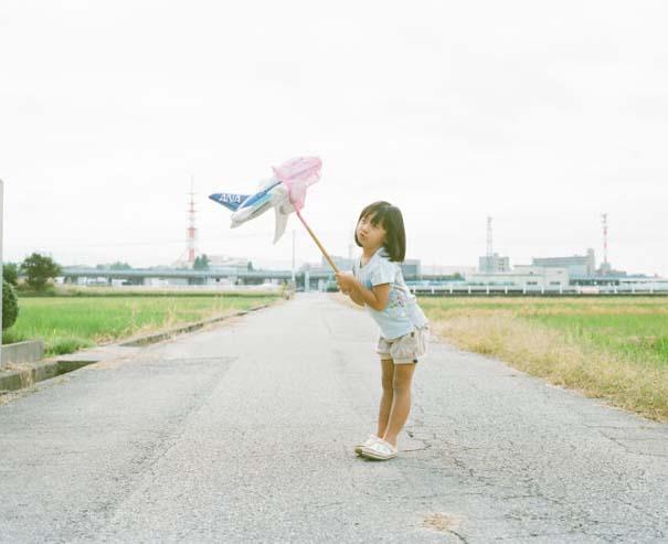 Κοριτσάκι ποζάρει σε διασκεδαστικές καταστάσεις (10)