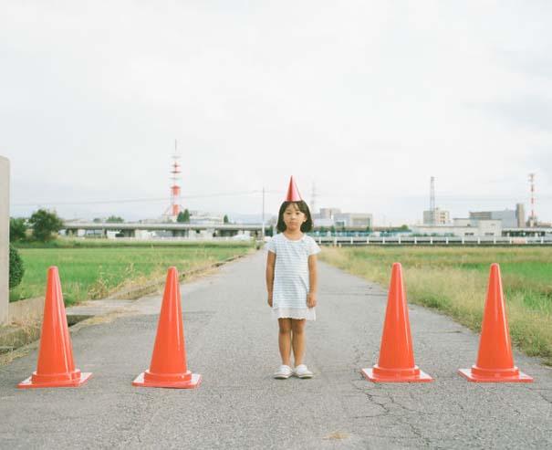 Κοριτσάκι ποζάρει σε διασκεδαστικές καταστάσεις (11)