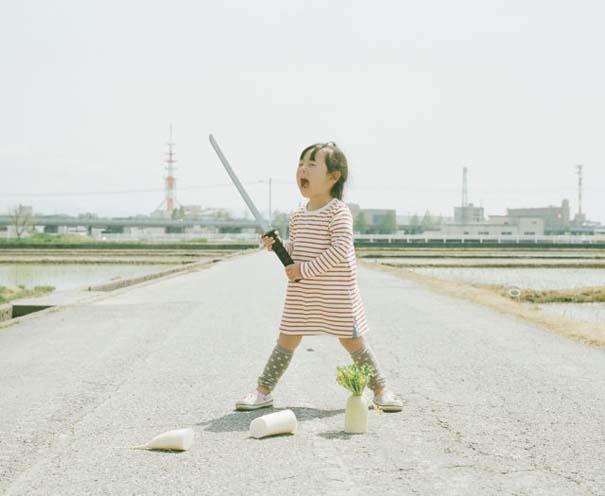 Κοριτσάκι ποζάρει σε διασκεδαστικές καταστάσεις (13)